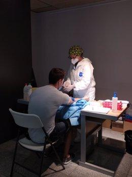 Unos 2.000 vecinos de Arroyomolinos se sometieron ayer sábado al test serológico impulsado por Ayuntamiento
