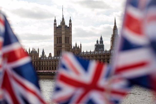 Banderes britàniques enfront del Parlament de Londres