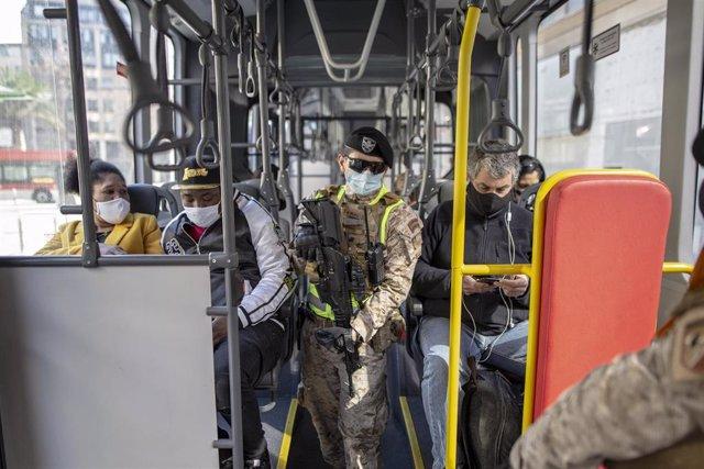 Control militar en uno de los autobuses de la red pública de transporte de Santiago, Chile, en medio de la crisis sanitaria provocada por la COVID-19