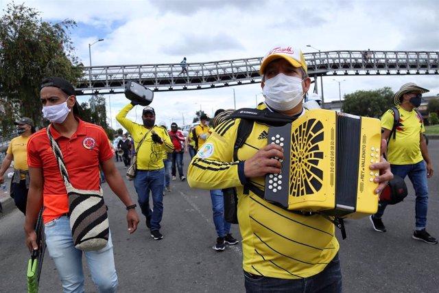 Músicos protestan en Bogotá con mascarillas por el coronavirus.