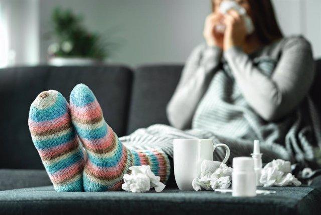 Mujer con gripe o resfriado.