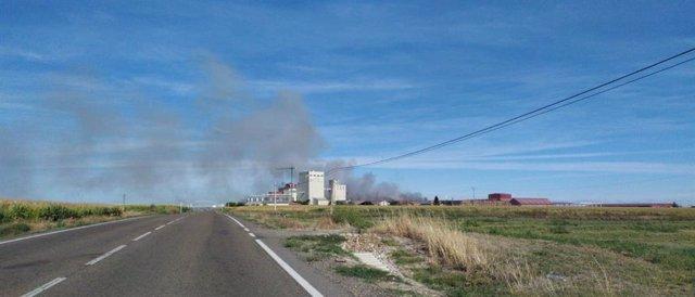 Vista del humo tras el incendio de las instalaciones de Cobadu, en Zamora.