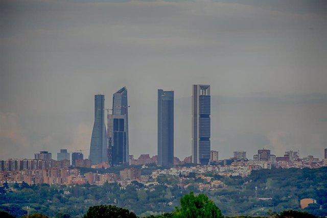 Panorámica de Madrid tomada desde la Casa de Campo, en las cercanías de Pozuelo de Alarcón (Comunidad de Madrid / España) a 18 de abril de 2020. La contaminación por dióxido de nitrógeno (NO2), el contaminante más importante de la capital, ha descendido u