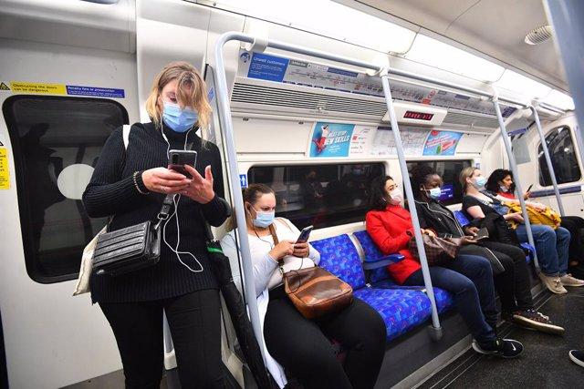 Pasajeros con mascarillas en el metro de Londres