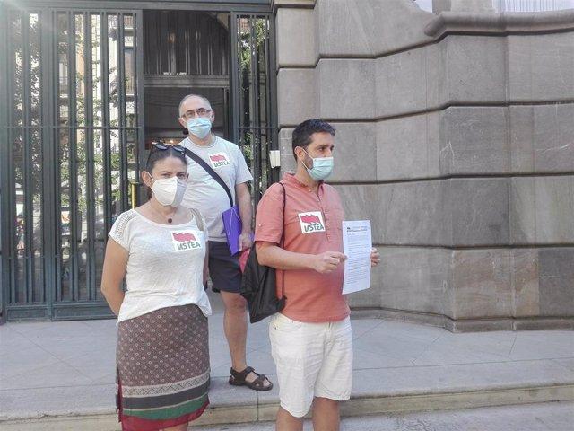 Miembros de Ustea a las puertas de la Fiscalía en Granada tras presentar el escrito por supuestas ratios ilegales en aulas granadinas