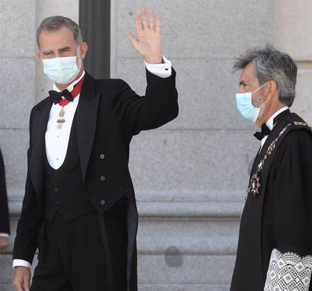 Acompañado del presidente del Tribunal Supremo y del Consejo General del Poder Judicial (CGPJ), Carlos Lesmes (d), el Rey Felipe VI, saluda a su llegada al Palacio de Justicia, en Madrid (España), a 7 de septiembre de 2020. El Rey preside el acto de apert