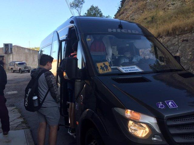 Un alumno usuario del transporte escolar en Ares del Maestrat (Castellón)