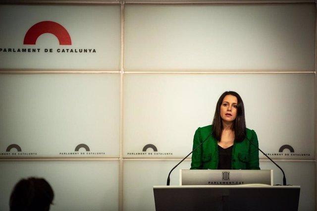 La presidenta de Cs, Inés Arrimadas, en una roda de premsa al Parlament.