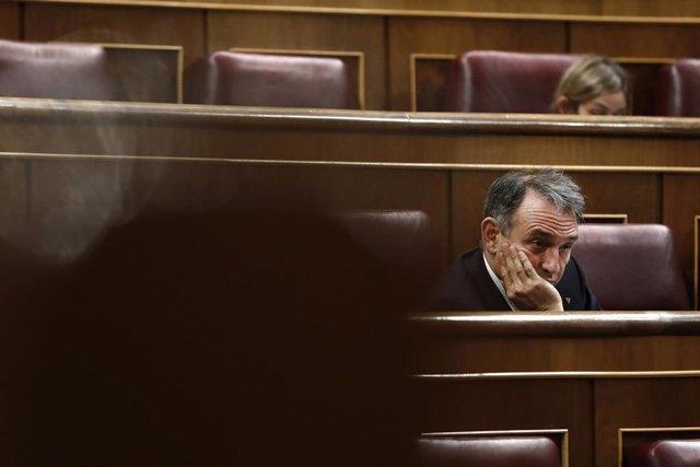El diputado de Unidas Podemos Enrique Santiago este miércoles durante el pleno del Congreso de los Diputados, en Madrid (España), a 13 de mayo de 2020.