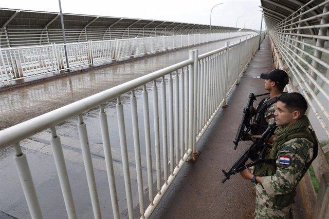 Dos soldados de Paraguay en la frontera con Brasil