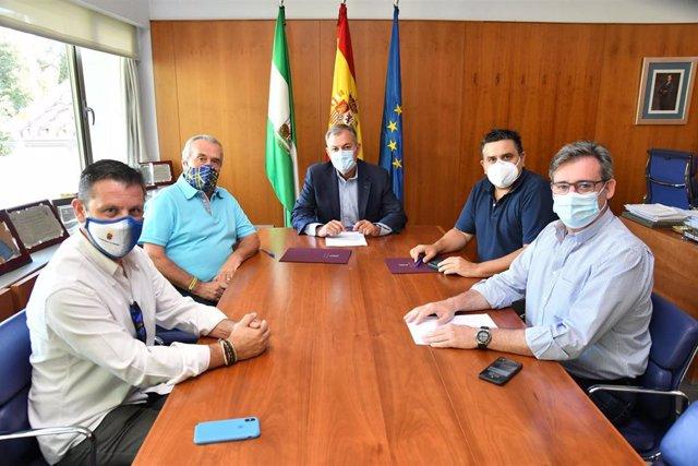 Firma del protocolo anti-Covid en Tomares