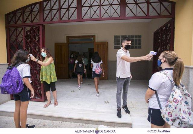 Toma de temperatura a la entrada de un colegio de Gandia (Valencia)