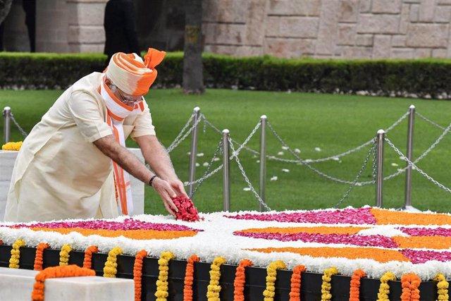 Narendra Modi hace una ofrenda floral en el memorial Raj Ghat, dedicado a Mahatma Gandhi, con motivo del aniversario del Día de la Independencia de India