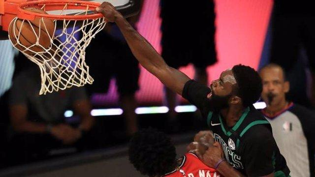 Baloncesto/NBA.- Los Celtics arrollan a los Raptors y les dejan al borde de la e
