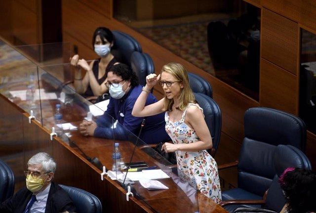 La diputada del Grupo Parlamentario Unidas Podemos Izquierda Unida Madrid en Pie, Carolina Alonso Alonso, realiza una pregunta durante una sesión de control al Gobierno en Madrid (España), a 9 de julio de 2020. Entre otras cuestiones, el pleno debate una