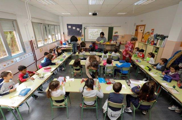 Alumnado del CEIP Escuelas Bosque de Madrid durante el desarrollo de un proyecto de inclusión de FEDER