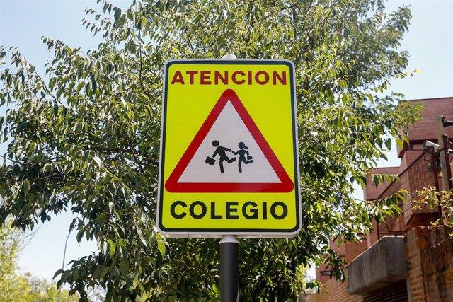Señal de peligro 'atención colegio'.