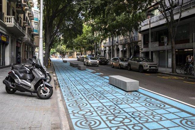 Bloques de hormigón colocados en una calle de Barcelona para ampliar las aceras, en una fotografía del 2 de julio del 2020.