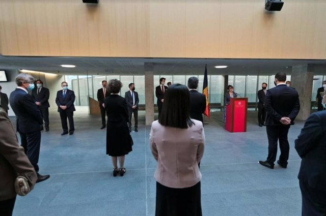 Las autoridades andorranas, con mascarilla y separadas por un metro y medio, escuchan el discurso pronunciado por la síndica general, Roser Suñé.