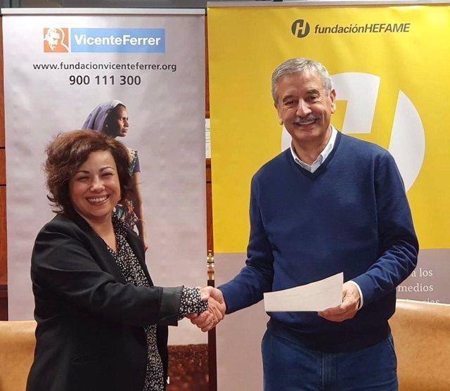El presidente de Grupo Hefame y de su Fundación, Carlos Coves, ha hecho entrega del último cheque para la construcción de catorce viviendas al sur de la India, a través de su proyecto 'Construyendo juntos'