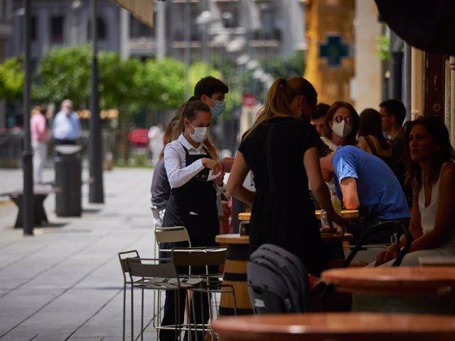 Varias personas llenan las terrazas de la famosa Plaza del Castillo de Pamplona durante el primer fin de semana de fase 2 en la desescalada de la pandemia por coronavirus COVID19. En Pamplona, Navarra, España, a 31 de mayo de 2020.