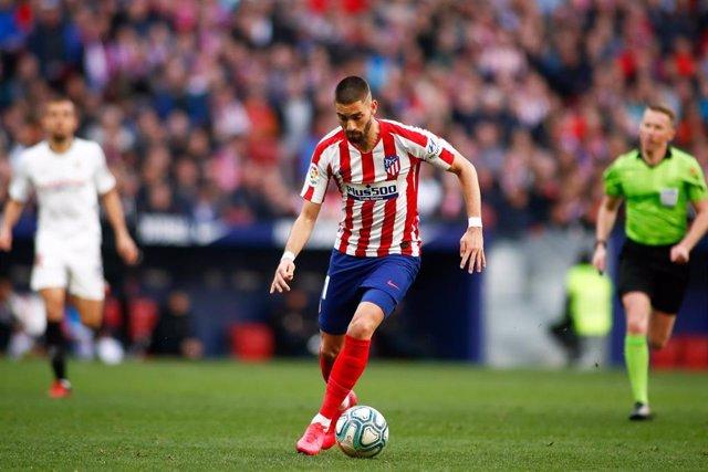Yannick Carrasco conduce la pelota durante el Atlético-Sevilla de LaLiga Santander 2019-2020