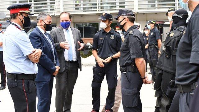 El comissari cap de Mossos Eduard Sallent, el conseller Miquel Sàmper i el director del cos Pere Ferrer en la primera visita del nou conseller al complex central de Mossos, on s'ha reunit amb comissaris del cos. El 8 de setembre de 2020.