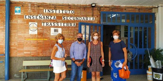 La delegada de Educación, Deporte, Igualdad, Políticas Sociales y Conciliación en la provincia, Inmaculada Troncoso, durante su visita al Instituto de Educación Secundaria (IES) Trassierra de Córdoba capital