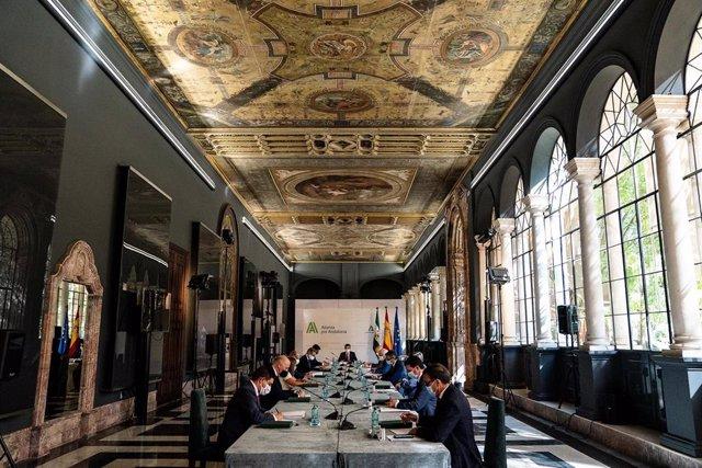 Reunión del presidente de la Junta de Andalucía, Juanma Moreno, con los presidentes de las diputaciones provinciales andaluzas.