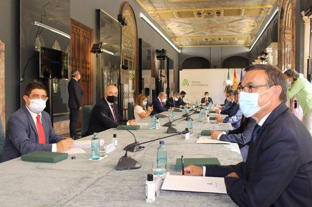 El presidente de la Diputación de Jaén, Francisco Reyes (i), en la reunión del presidente de la Junta de Andalucía con los presidentes de diputaciones andaluzas.