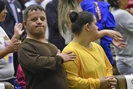 Dos jóvenes con síndrome de Down en un evento.