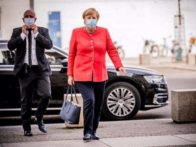 La canciller de Alemania, Angela Merkel, llegando con mascarilla a una reunión de grupos parlamentarios en el Bundestag