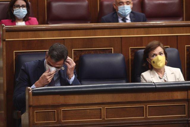 El presidente del Gobierno, Pedro Sánchez, y la vicepresidenta primera, Carmen Calvo, sentados en su escaño durante la primera sesión de control al Gobierno en el Congreso tras las vacaciones.