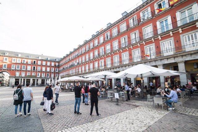 Terrazas abiertas en la céntrica Plaza Mayor madrileña