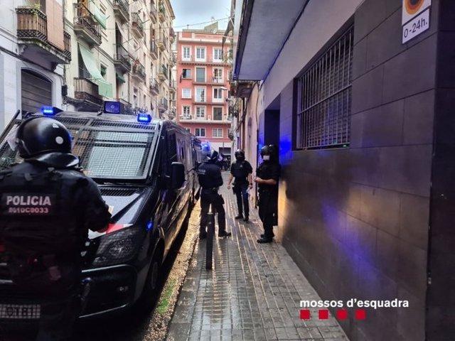 Els Mossos d'Esquadra desallotgen un edifici de pisos turístics al barri del Poble-sec de Barcelona que ocupaven un grup de lladres multireincidents. Barcelona, Catalunya (Espanya), 9 de setembre del 2020.
