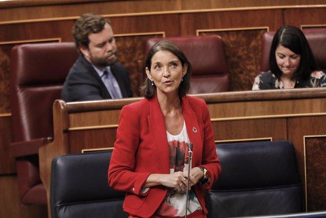 La ministra de Industria, Turismo y Comercio, Reyes Maroto, interviene durante la penúltima sesión plenaria en el Congreso de los Diputados antes del paréntesis estival, en Madrid (España)