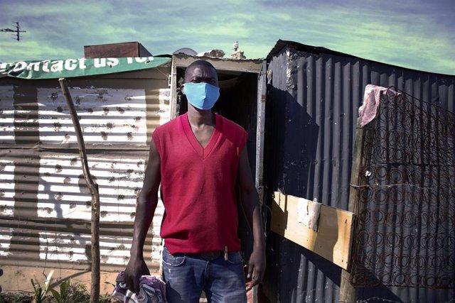 Un hombre con mascarilla en Johannesburgo
