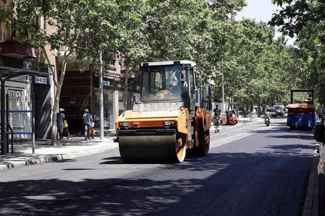 Un operario trabaja con una máquina apisonadora en la renovación del pavimento de la calle Antonio Leyva