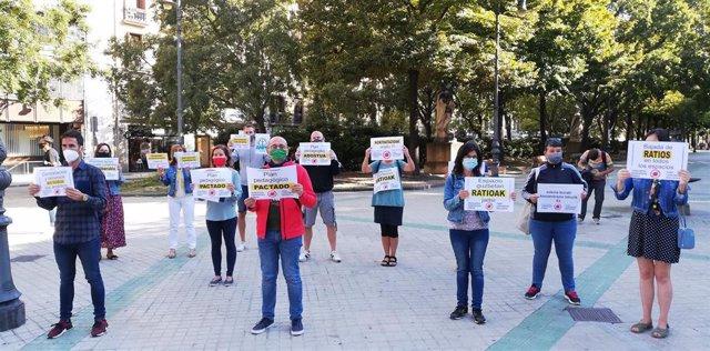 Concentración del Foro de la Comunidad Educativa frente al Parlamento de Navarra
