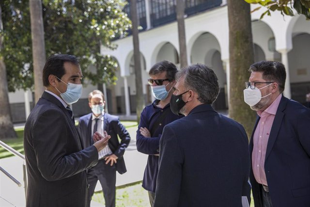 El portavoz del grupo parlamentario popular, José Antonio Nieto (1i) conversa con el portavoz del grupo parlamentario socialista, José Fiscal (2d), tras la sesión de control al gobierno con preguntas al presidente. En Sevilla, a 23 de julio de 2020.