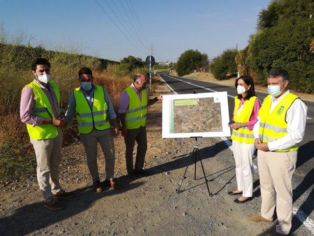 Cayuelas visita trabajos de repintado en la carretera entre Mairena y Carmona
