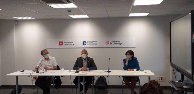 Joan Subirats, Josep Gonzàlez-Cambray y Mercè Massa, en la rueda de prensa del Consorci d'Educació de Barcelona