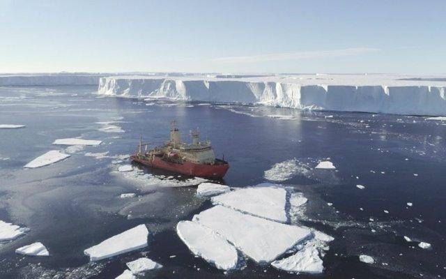 Profundos canales submarinos socavan un glaciar antártico como Florida