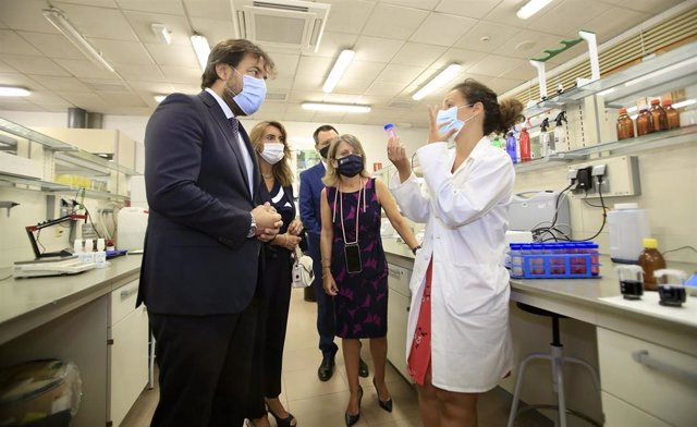 El consejero de Empleo, Investigación y Universidades, Miguel Motas, visita uno de los laboratorios donde se lleva a cabo la investigación.