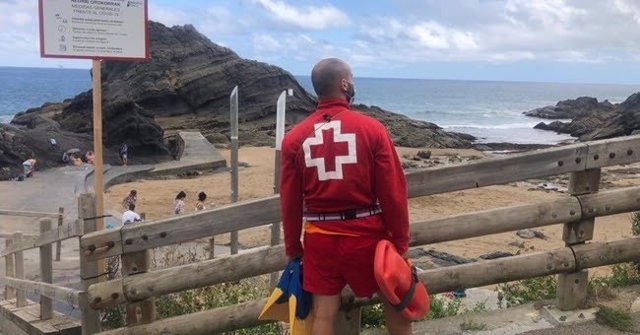Socorrista de Cruz Roja Bizkaia vigilando la playa