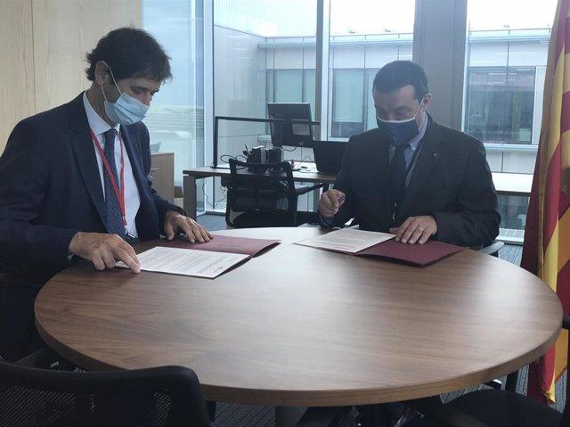 El director de Derecho y Entidades Jurídicas de la Conselleria de Justicia Xavier Bernadí y el presidente del Consejo de Colegios de Procuradores de Catalunya Àngel Quemada firman un acuerdo para fomentar la mediación. Barcelona, 9 de septiembre de 2020.