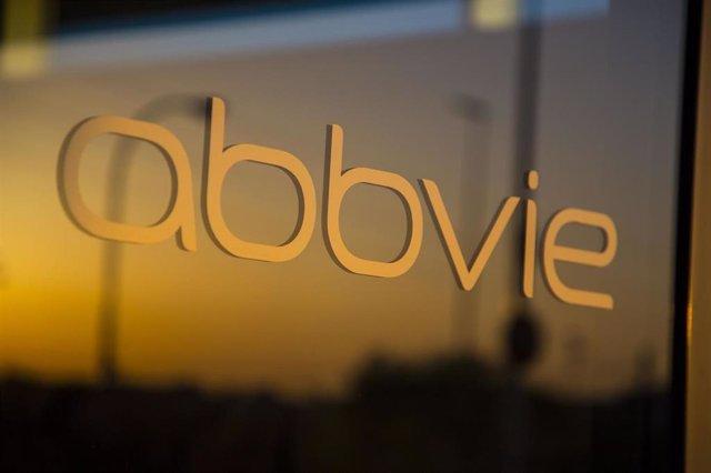 Logo de AbbVie en sus oficinas de Madrid.