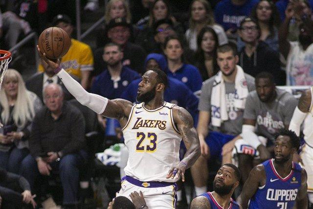 LeBron James anota una canasta durante un partido de Los Angeles Lakers en la temporada 2019-2020 de la NBA
