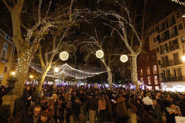 Una multitud de personas pasea por Palma tras el encendido oficial de las luces de Navidad en Palma en 2019.