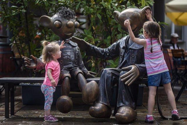 Dos niñas juegan en Praga